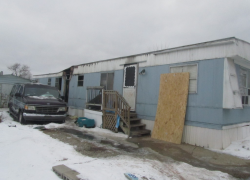 Couple escapes mobile home fire