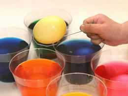 EAS-Decorating-eggs1-dying