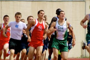 Connor Mora running with the pack during the 800m run""