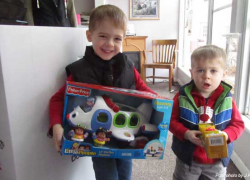 Kids use own money to buy gifts for needy
